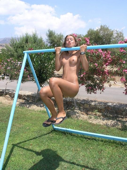 こんがり日焼けした健康美の美少女がお外でヌード写真撮っちゃうw何気にオマンコのオ毛毛が黒いのが何とも言えません。。。。。 4 35
