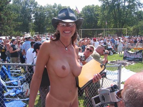 【ヌードコンテスト】海で美女たちが全裸ヌード写真撮りまくりwwどのこで抜くか迷っちゃうwwww 4 58