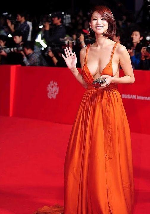 【映画祭エロ画像w】『ノーブラですか?ノーブラですね』乳首が見えそうでたまらないwwww 4 75