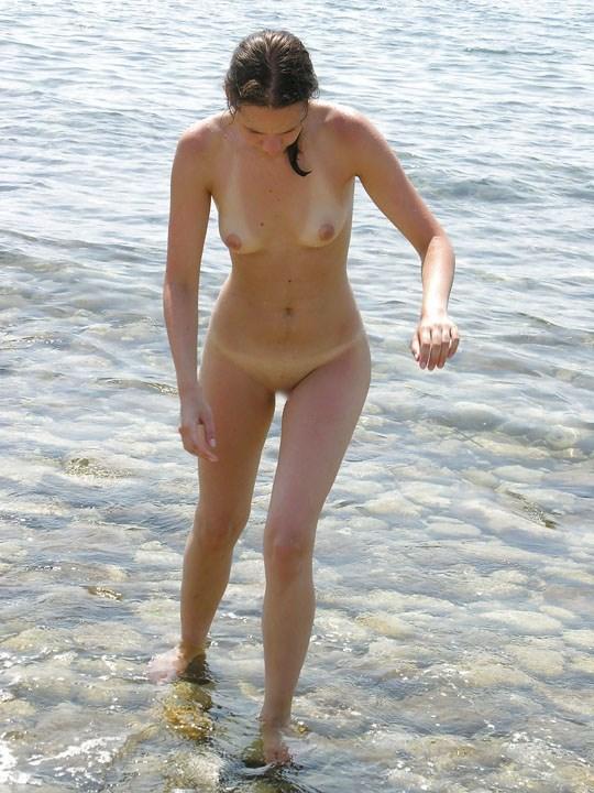 (゚∀゚)キタコレ!!素人の外人エロ画像w海や山の人気のいないところで彼女が彼のカメラで撮影しちゃうw 5 21