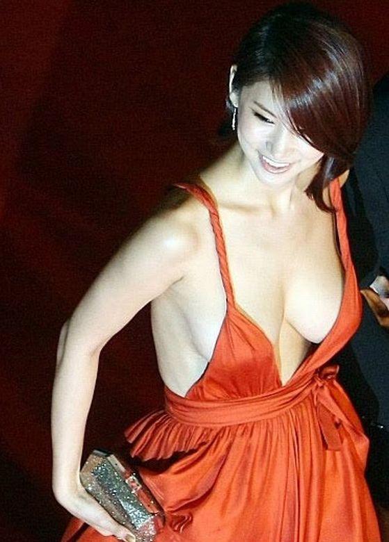 【映画祭エロ画像w】『ノーブラですか?ノーブラですね』乳首が見えそうでたまらないwwww 6 74