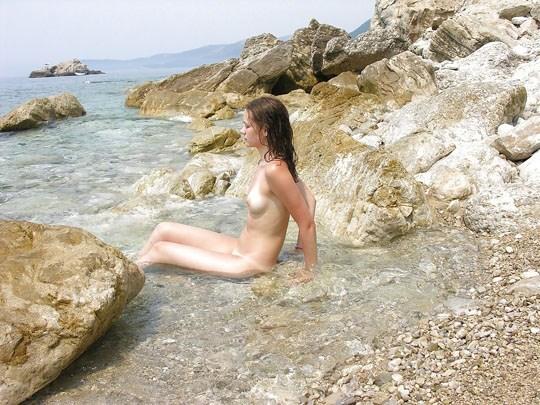 (゚∀゚)キタコレ!!素人の外人エロ画像w海や山の人気のいないところで彼女が彼のカメラで撮影しちゃうw 8 19