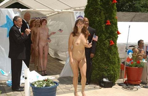 【ヌードコンテスト】海で美女たちが全裸ヌード写真撮りまくりwwどのこで抜くか迷っちゃうwwww 8 51