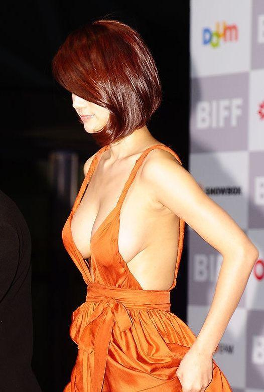 【映画祭エロ画像w】『ノーブラですか?ノーブラですね』乳首が見えそうでたまらないwwww 9 67
