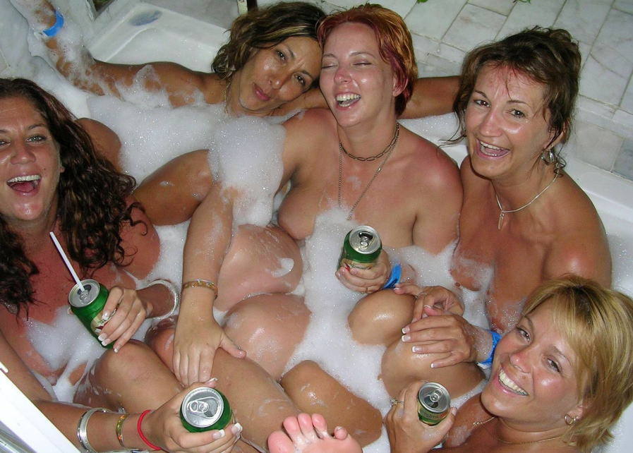 【外人ぶっ飛びポルノ画像】『超酔っ払いで~~~す~』酒飲んでべろべろ状態!!おっぱい丸出しで楽しく<<<<< 1 110