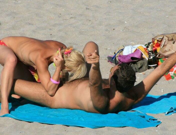 【ヌーディスト・ビーチでセクロス】『わっぱくすぎるだろw』人目も気のせず野外でセックスしちゃう海外ポルノエロ画像wwwww 1 50