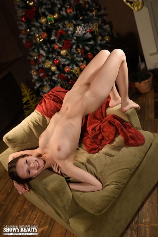 【ロシア人童顔美少女】『マジかわw』幼顔の細見美少女がクリスマスにヌード写真撮っちゃうなんてwwwww 13 42
