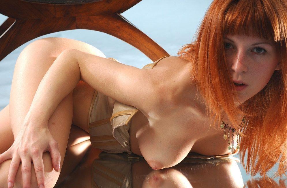 【世界のポルノ極上美女】『マジですごすぎるぞwwww』超おすすめ赤髪美女が拳銃もってヌード写真撮っちゃう<<<<<<<< 16 83