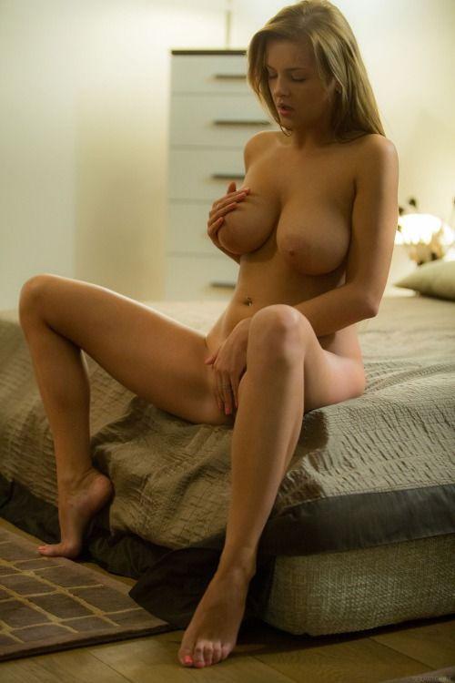 【海外エロ画像】『勃起確定www』超是デカパイ美女が胸の谷間見せまくりwおちんぽ挟んでほしいwwwwww 21 13
