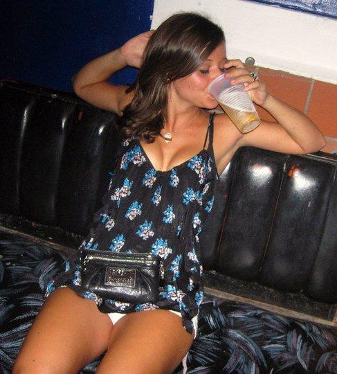 【外人ぶっ飛びポルノ画像】『超酔っ払いで~~~す~』酒飲んでべろべろ状態!!おっぱい丸出しで楽しく<<<<< 22 88