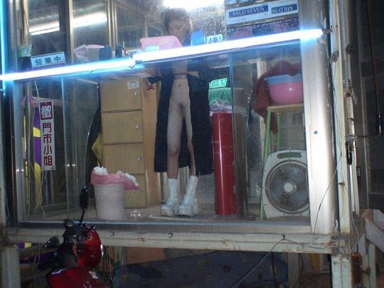 【台湾露出】『日乳美少女がヤバいの売ってるぞw』全裸で違法タバコ売ってる美少女がオマンコ●見せとかヤバすぎるww 25 23