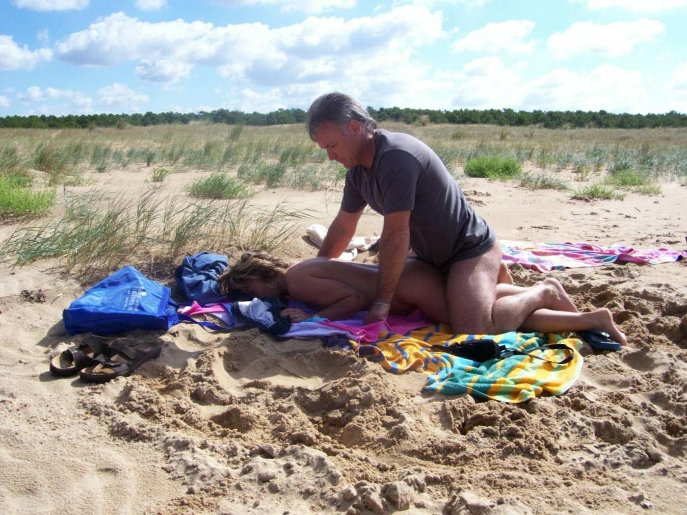 【ヌーディスト・ビーチでセクロス】『わっぱくすぎるだろw』人目も気のせず野外でセックスしちゃう海外ポルノエロ画像wwwww 3 51