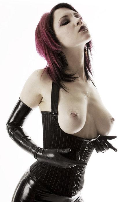 【ボンテージSM】マニアには最高っす!!爆乳美女がムチでたたいてくれちゃうなんてw外人ポルノエロ画像wwww 36 26