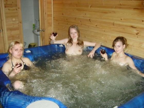 【シャワー室でおふざけポルノエロ画像】『女の子同士でイチャイチャ全裸♥』外人ならではの女子同士でイタズラ三昧・・・・ 37 15