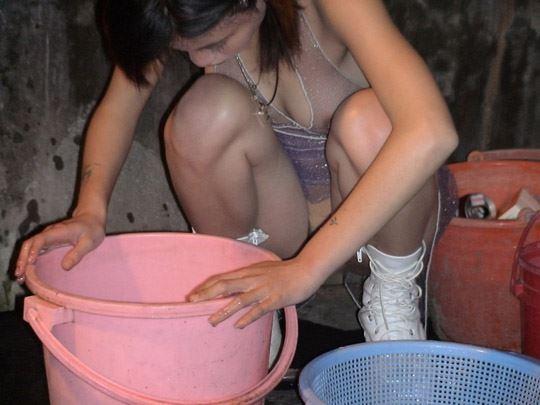 【台湾露出】『日乳美少女がヤバいの売ってるぞw』全裸で違法タバコ売ってる美少女がオマンコ●見せとかヤバすぎるww 37 4