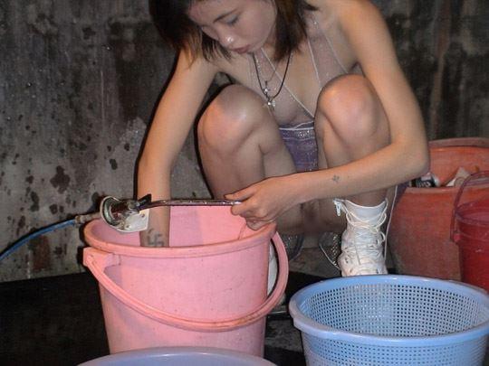 【台湾露出】『日乳美少女がヤバいの売ってるぞw』全裸で違法タバコ売ってる美少女がオマンコ●見せとかヤバすぎるww 39 4