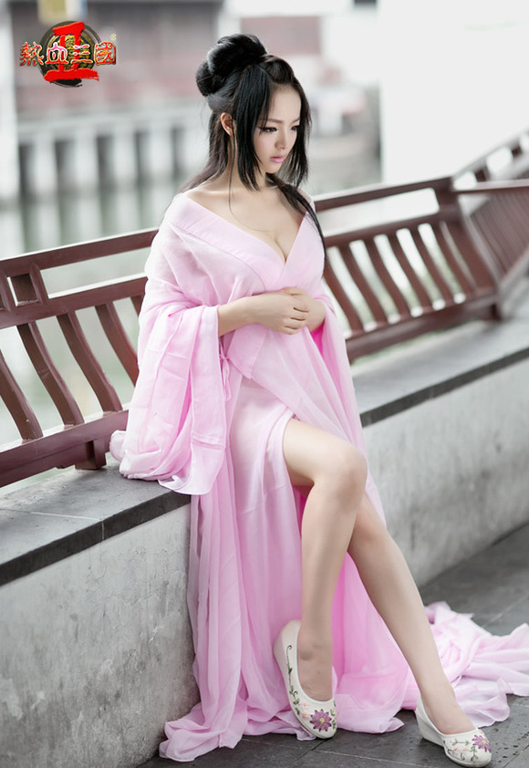 【コスプレイヤー李玲】『中国人エロ画像キターーー!!』ボインの爆乳美少女が聖闘士星矢のアテナ 城戸沙織のコスで男を魅了しちゃうwwwwwwww 4 14