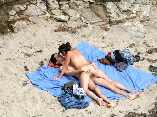 【ヌーディスト・ビーチでセクロス】『わっぱくすぎるだろw』人目も気のせず野外でセックスしちゃう海外ポルノエロ画像wwwww 8 50