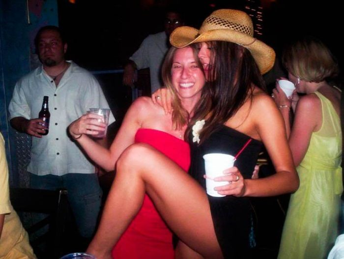 【外人ぶっ飛びポルノ画像】『超酔っ払いで~~~す~』酒飲んでべろべろ状態!!おっぱい丸出しで楽しく<<<<< 9 110