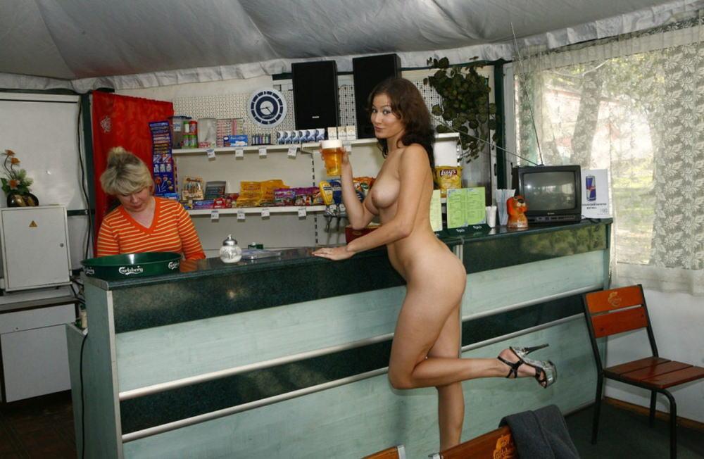 【カンパーイw】外国人が酔っぱらった状態で全裸●見せ海外ポルノエロ画像wwwwww 7 87