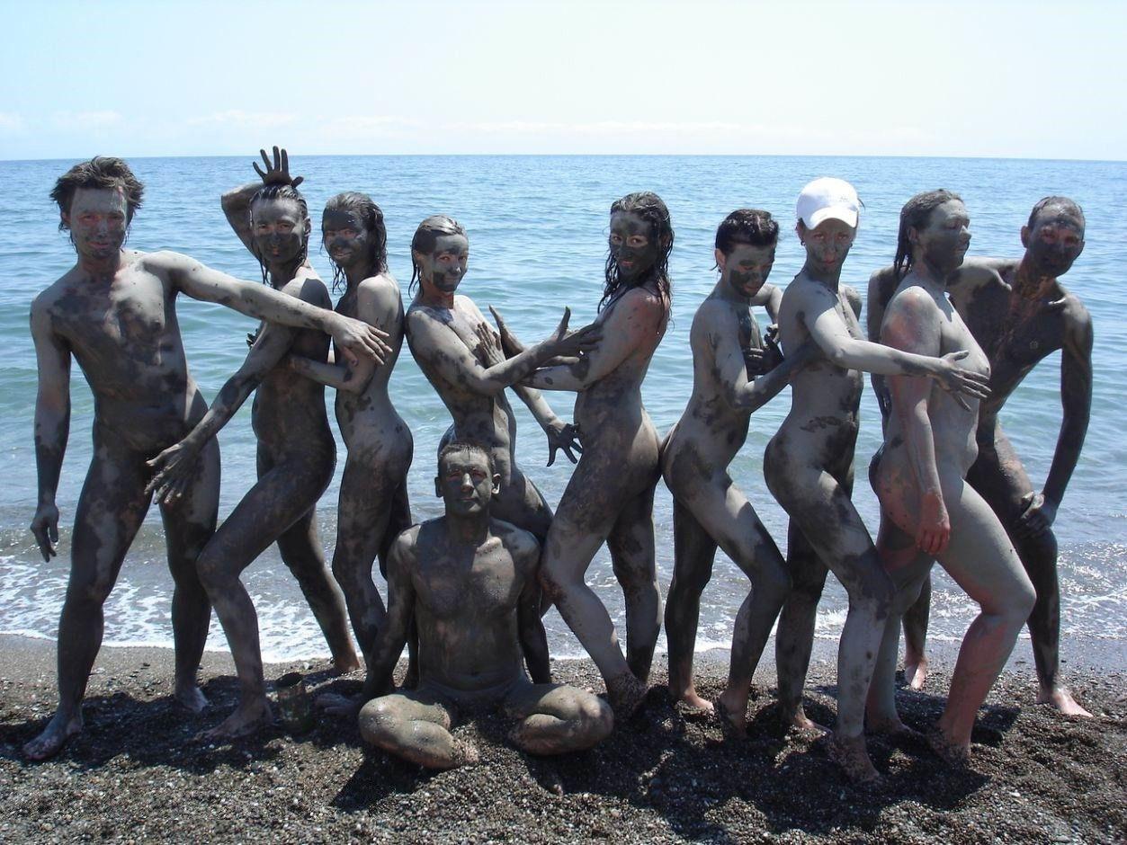 ぽるのエロ画像!!泥まみれでヌード撮影とかどうかしているぜw世界の素人外国人が海でおふざけwwwww 1 151