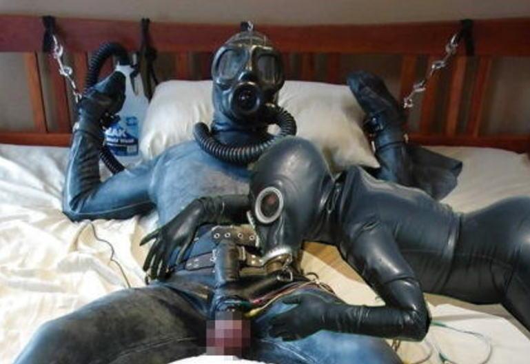 なんじゃ!!?これヤバwwwーーー❖毒ガスマスクしてセックスするド変態外国人のポルノエロ画像wwwwwww 1 32