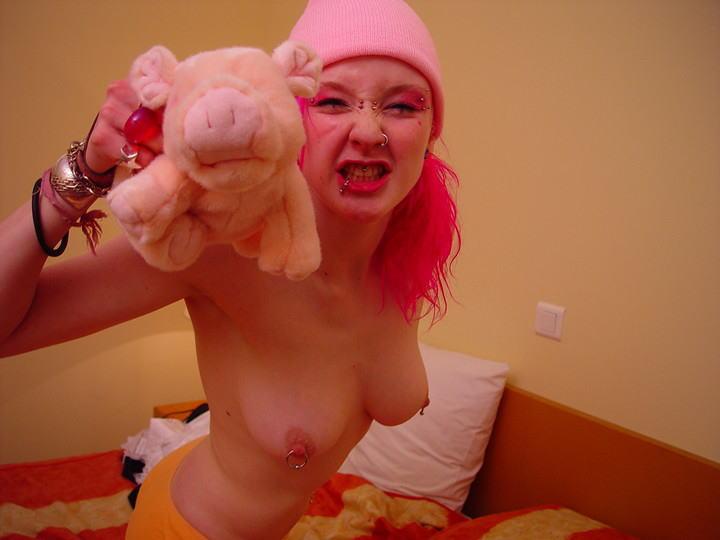 【パンキッシュ外人エロ画像】ピンクに髪を染めた美女が全裸でヌード写真見せまくりwwww 10 25