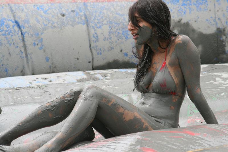 ぽるのエロ画像!!泥まみれでヌード撮影とかどうかしているぜw世界の素人外国人が海でおふざけwwwww 11 149