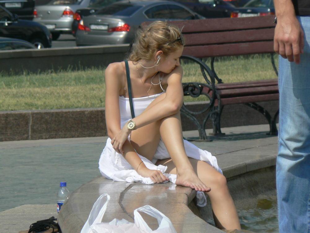 ラッキースケベw町で見かけた外国人がスカート捲れてパンティー丸出しとか草!!!!!!! 12 8