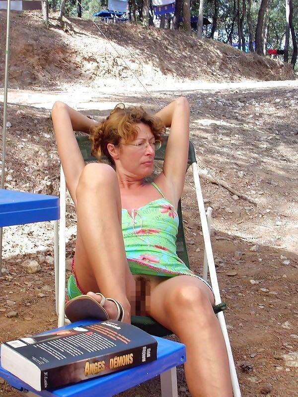 人妻熟女のパンチラ盗撮wwwエロい格好で下着見せちゃう外国人ポルノエロ画像wwww 13 97