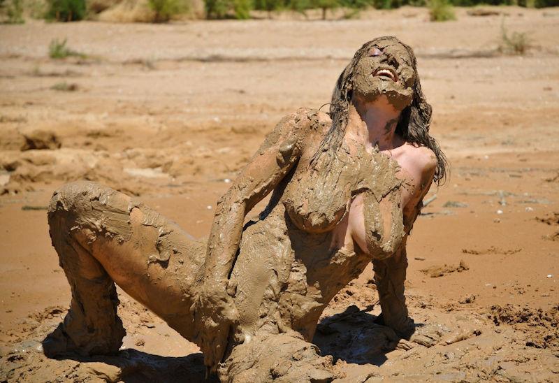 ぽるのエロ画像!!泥まみれでヌード撮影とかどうかしているぜw世界の素人外国人が海でおふざけwwwww 14 149