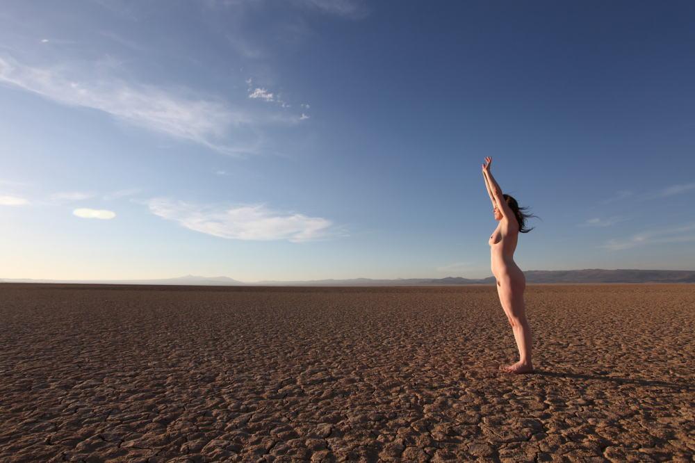 【エジプト砂漠で全裸ノード撮影】『世界のエロ画像』まさにアート!生まれたまんまで自然とたわむれる極上美女!!!!! 15