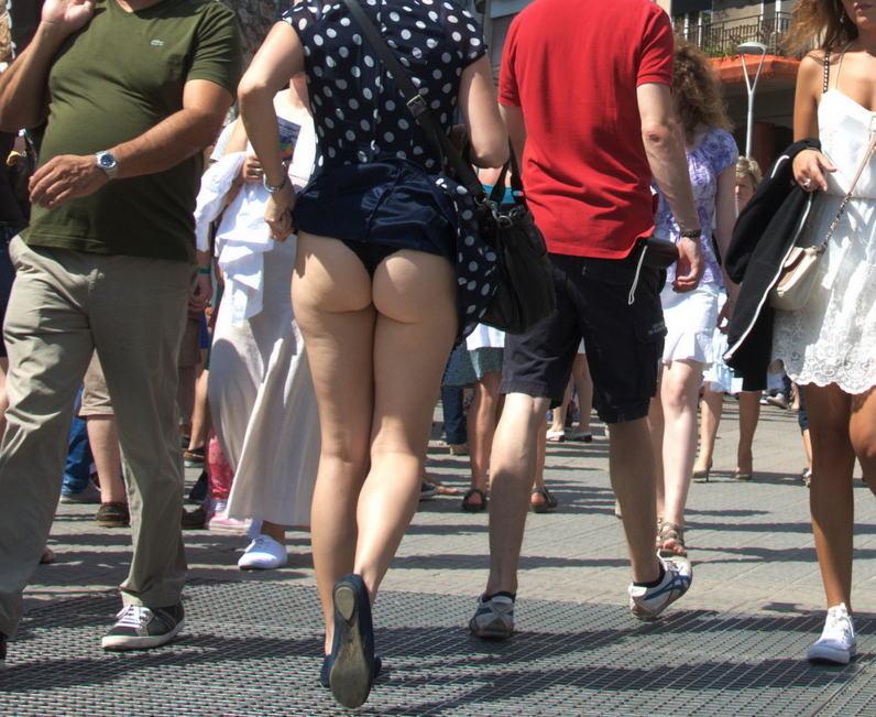 ラッキースケベw町で見かけた外国人がスカート捲れてパンティー丸出しとか草!!!!!!! 16 8