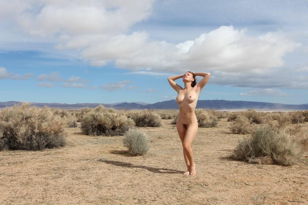 【エジプト砂漠で全裸ノード撮影】『世界のエロ画像』まさにアート!生まれたまんまで自然とたわむれる極上美女!!!!! 17