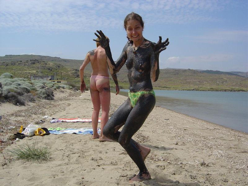 ぽるのエロ画像!!泥まみれでヌード撮影とかどうかしているぜw世界の素人外国人が海でおふざけwwwww 2 149