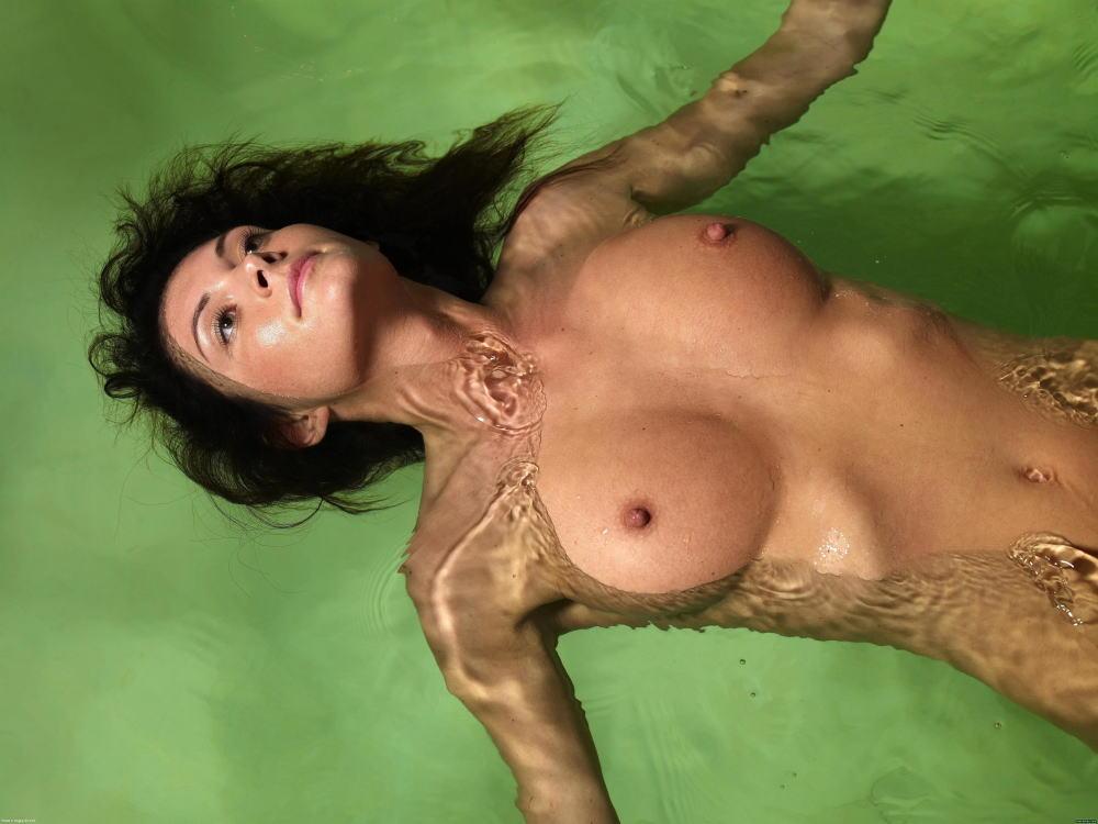 【海で浮かぶ外人エロ画像】まさにビューティフルな外国人がアート的な感じが最高wwwwwwwww 2 29