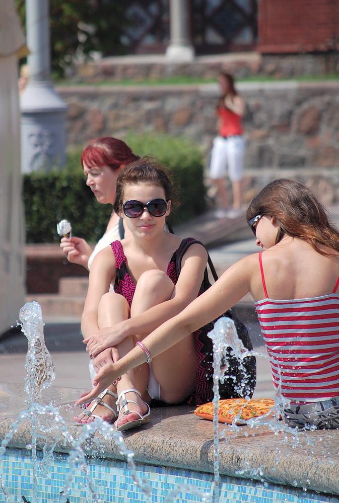 ラッキースケベw町で見かけた外国人がスカート捲れてパンティー丸出しとか草!!!!!!! 20 7