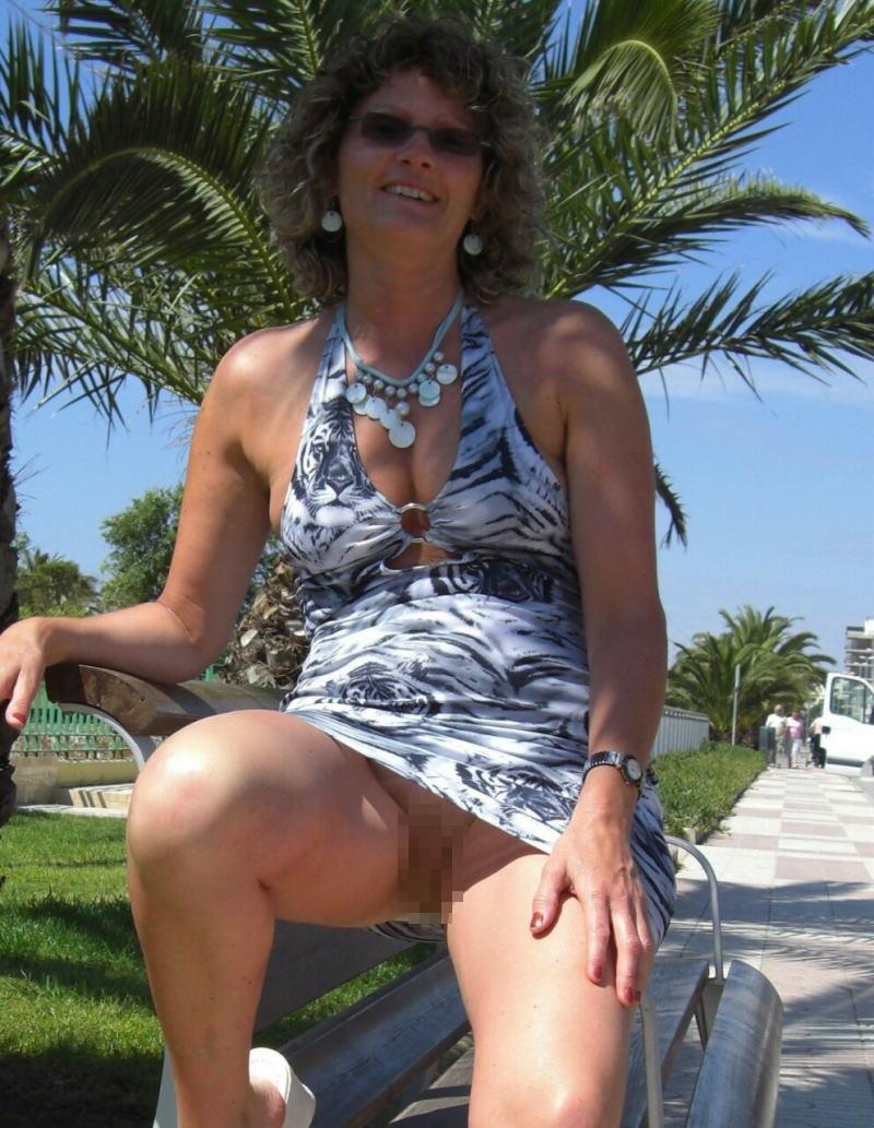 人妻熟女のパンチラ盗撮wwwエロい格好で下着見せちゃう外国人ポルノエロ画像wwww 21 94