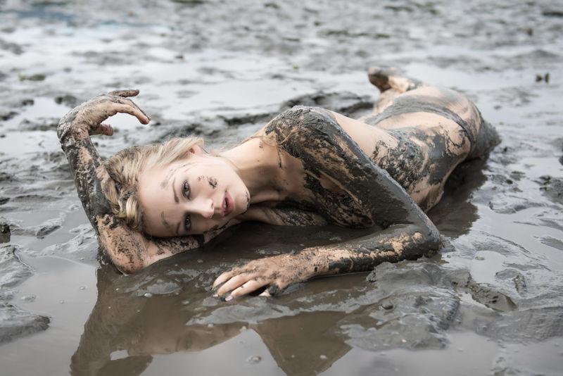 ぽるのエロ画像!!泥まみれでヌード撮影とかどうかしているぜw世界の素人外国人が海でおふざけwwwww 25 139