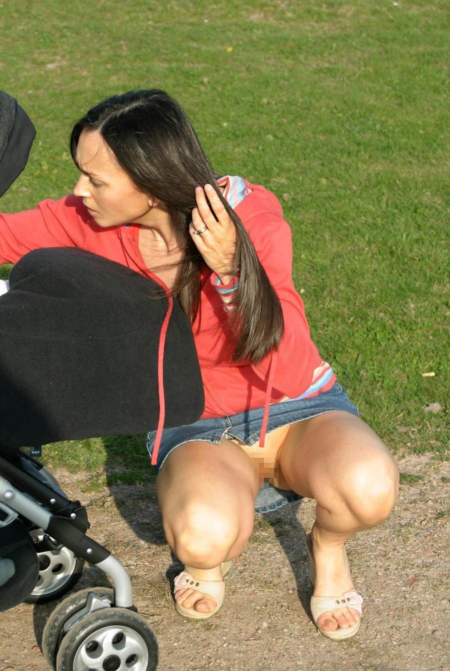 人妻熟女のパンチラ盗撮wwwエロい格好で下着見せちゃう外国人ポルノエロ画像wwww 26 93