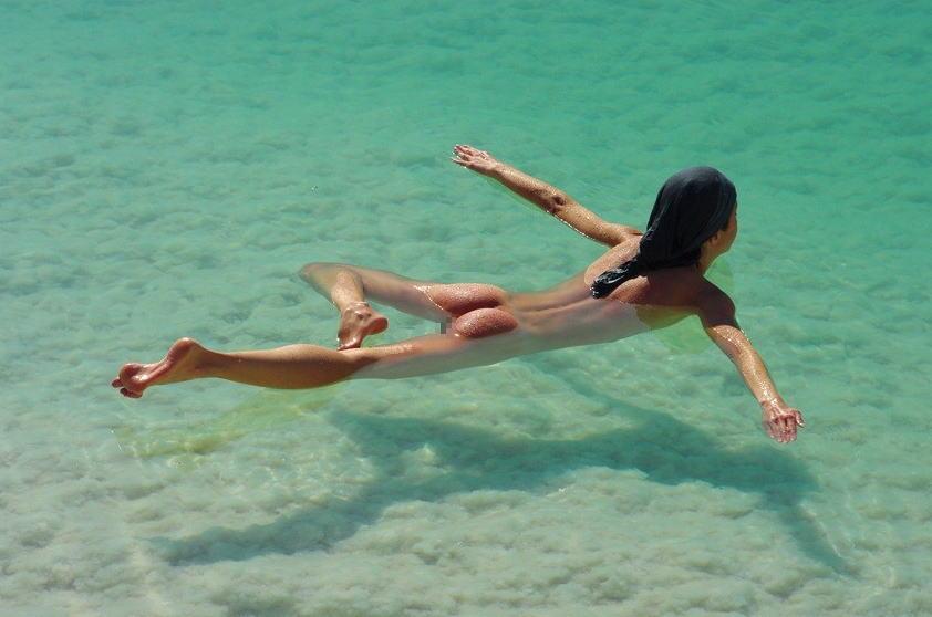 【海で浮かぶ外人エロ画像】まさにビューティフルな外国人がアート的な感じが最高wwwwwwwww 30 27