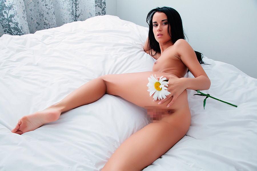 【お花でアート撮影】野外お部屋できれいな花で全裸ヌード写真集ww外人エロ画像 31 28