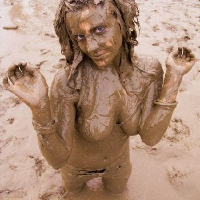 ぽるのエロ画像!!泥まみれでヌード撮影とかどうかしているぜw世界の素人外国人が海でおふざけwwwww 32 110