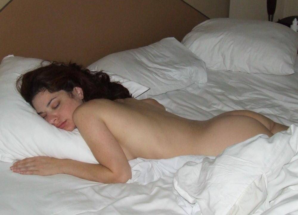 風邪ひくなよw外国人が全裸で爆睡中ーーセックスの後で疲れたか????? 32 83