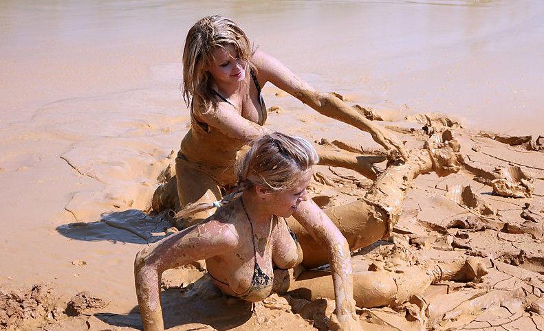 ぽるのエロ画像!!泥まみれでヌード撮影とかどうかしているぜw世界の素人外国人が海でおふざけwwwww 33 103