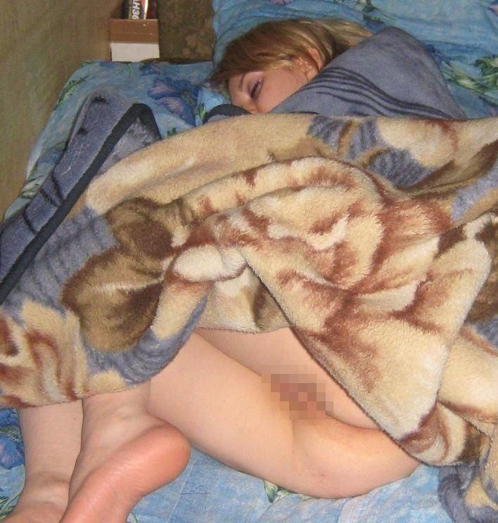エロ杉注意ーーー❖眠ってる外国人が下着少しずれて乳首軽く見えてるやんww速攻ーレイプするねWWWW 34 43