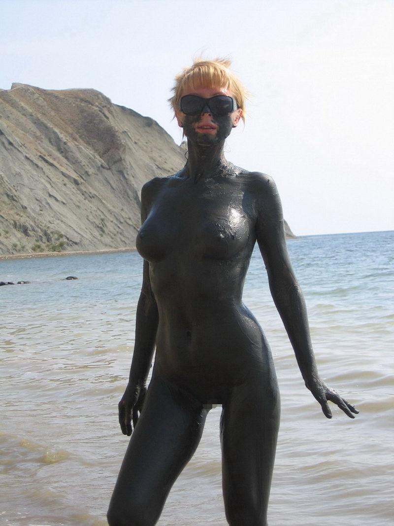 ぽるのエロ画像!!泥まみれでヌード撮影とかどうかしているぜw世界の素人外国人が海でおふざけwwwww 36 81