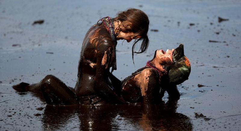ぽるのエロ画像!!泥まみれでヌード撮影とかどうかしているぜw世界の素人外国人が海でおふざけwwwww 38 62