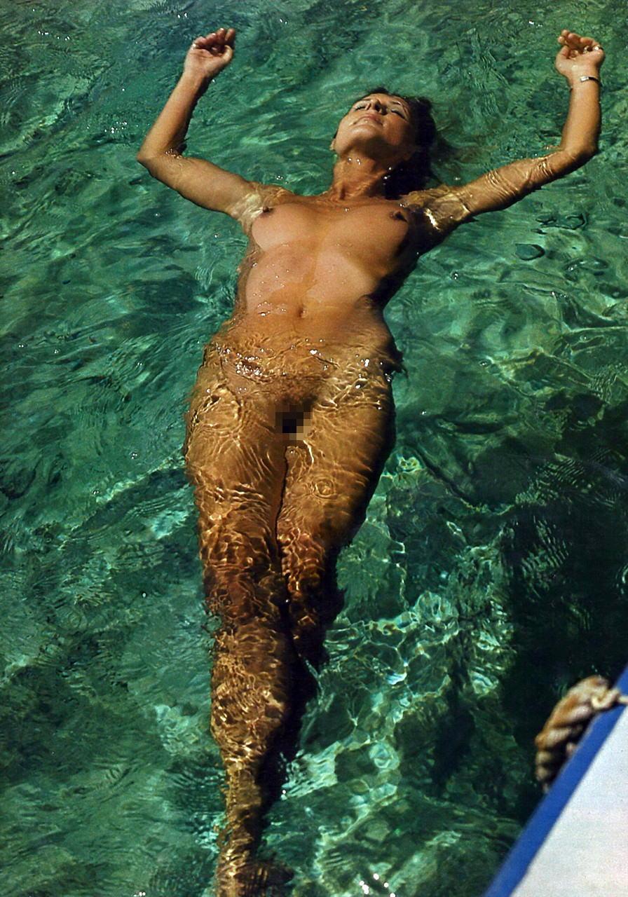 【海で浮かぶ外人エロ画像】まさにビューティフルな外国人がアート的な感じが最高wwwwwwwww 4 29
