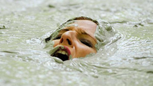 ぽるのエロ画像!!泥まみれでヌード撮影とかどうかしているぜw世界の素人外国人が海でおふざけwwwww 40 50